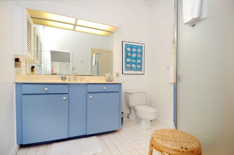16-halelanikai_bathroom1