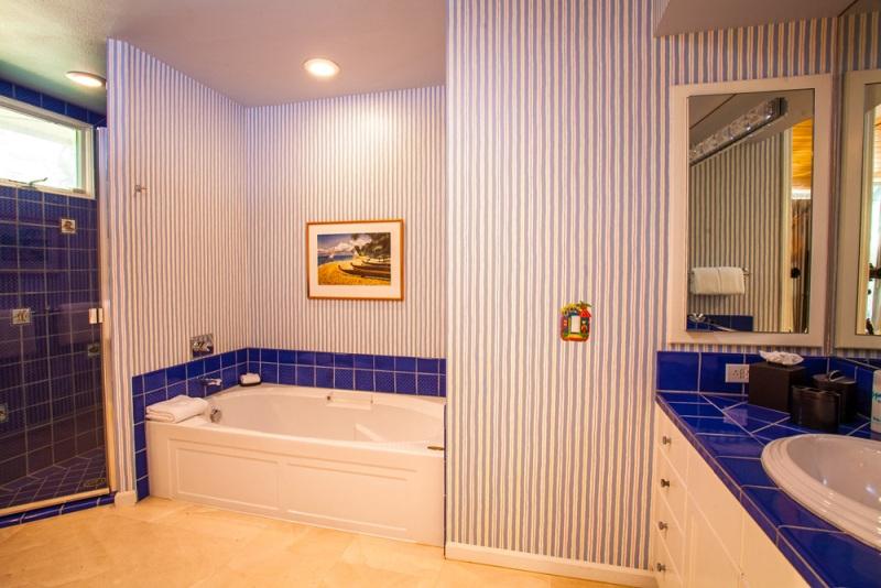25-opalseas_main-level-poolside-king-master-bedroom-two-ensuite-bath_sm