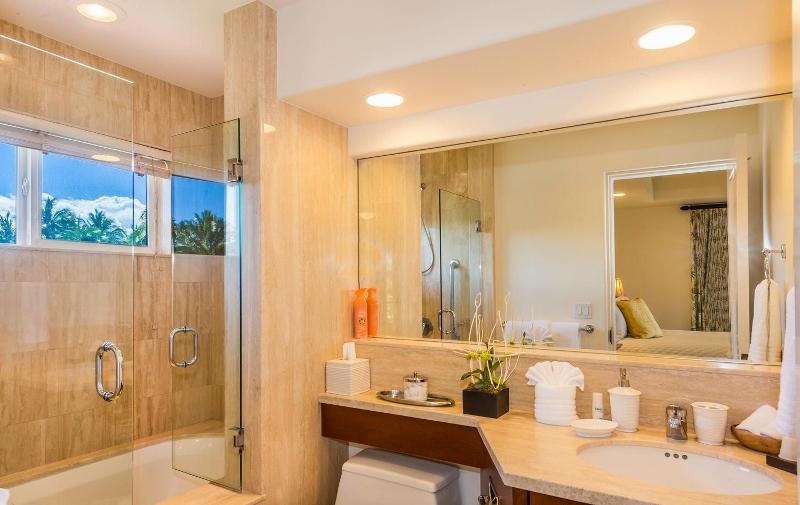 30-kai-ala-estate_bedroom4-bath-800x505