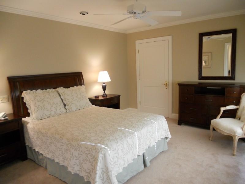 napili-tennis-villa_queen-bedroom