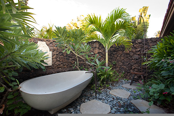 8-pauoa_outdoor-tub