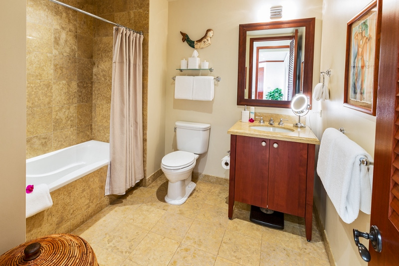 28-sandcastlessuite_shared-bath-800x534