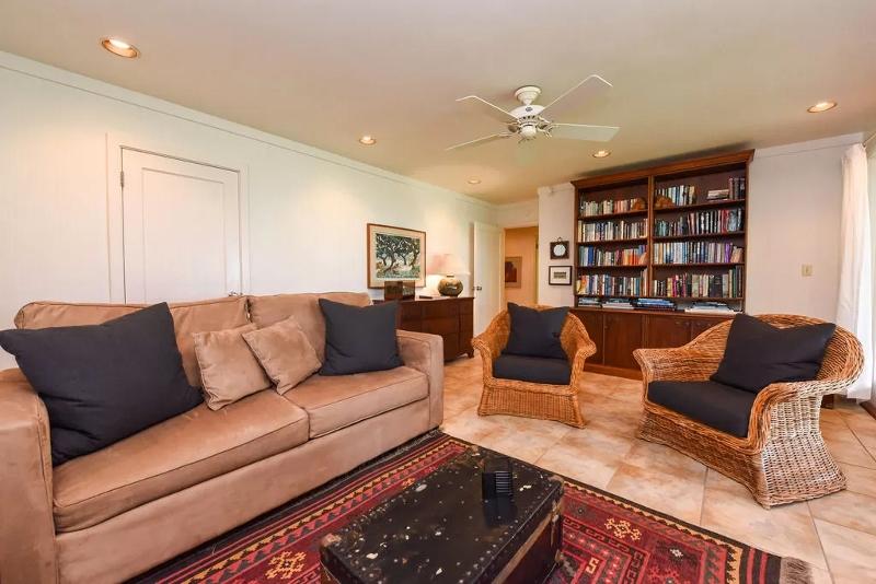 18-serenity-villa_den-sofa-sleeper-800x534