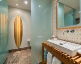 27-seaspirit811_bedroom-queens-bath-800x533