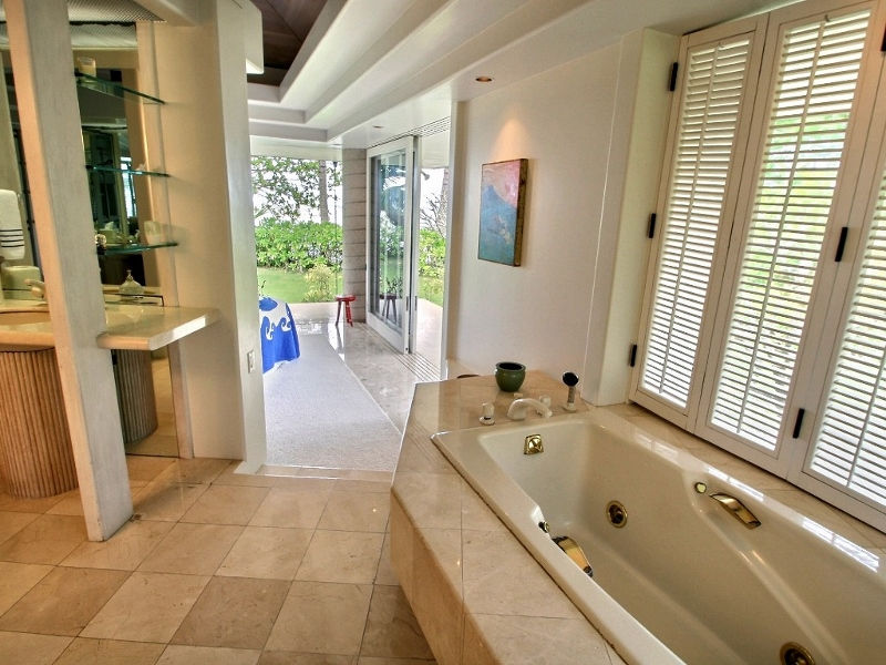 14-anini-beachfront_master-bath2-800x600