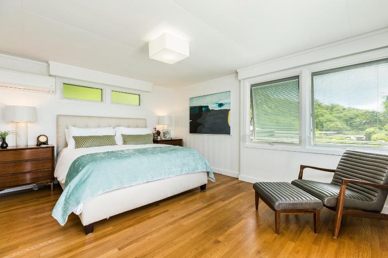 17-makalei-hale_bedroom1-alt-800x533