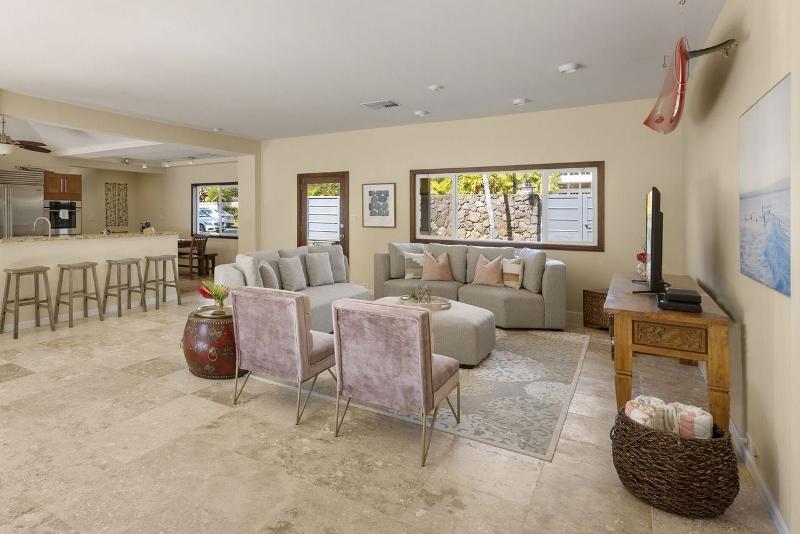 8-kahala-ohana_living-room3-800x534